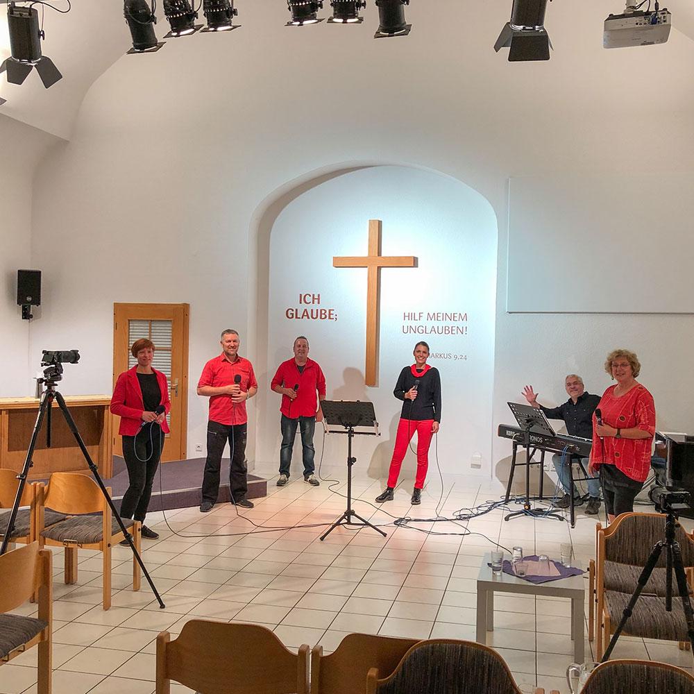Hier probt das Musikteam der EFG-Mühlhausen für den nächsten Onlinegottesdienst aus Mühlhausen